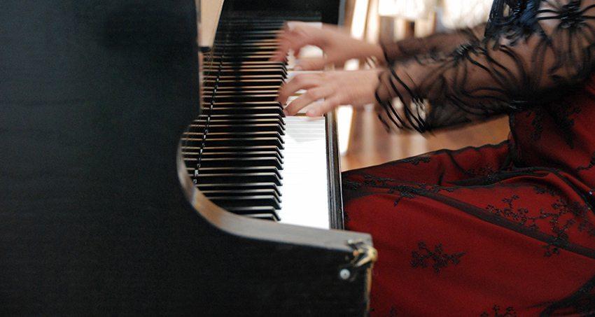 Frau-am-Klavier_Petra-Bork_pixelio.de