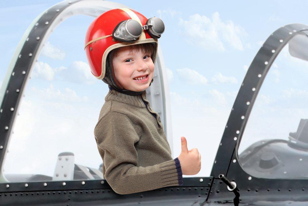 Kind-im-Flugzeug-Kletr-shutterstock.com