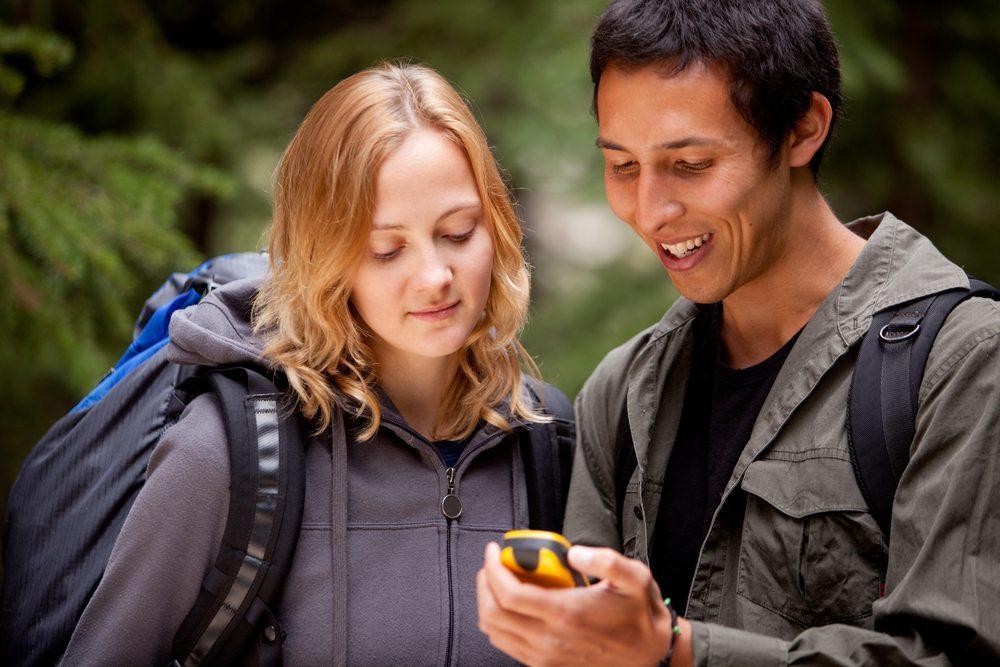 Andere Geocacher treffen. (Bild: Tyler Olson / Shutterstock.com)