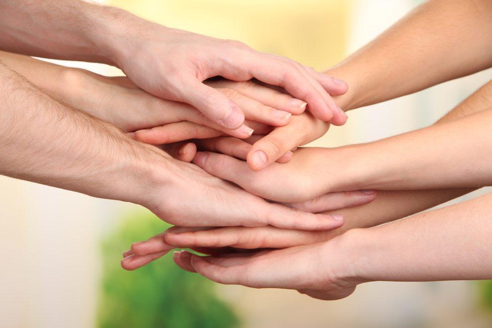 Hand-in-Hand-Teamgeist-Africa Studio-shutterstock.com