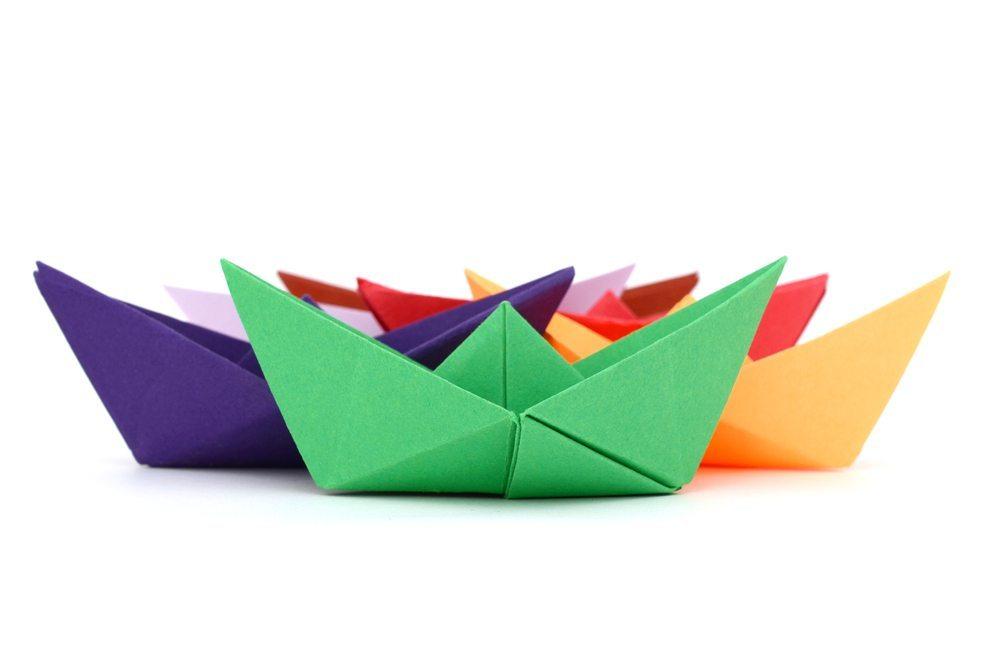 Papierschiffe-Quang-Ho-Shutterstock.com