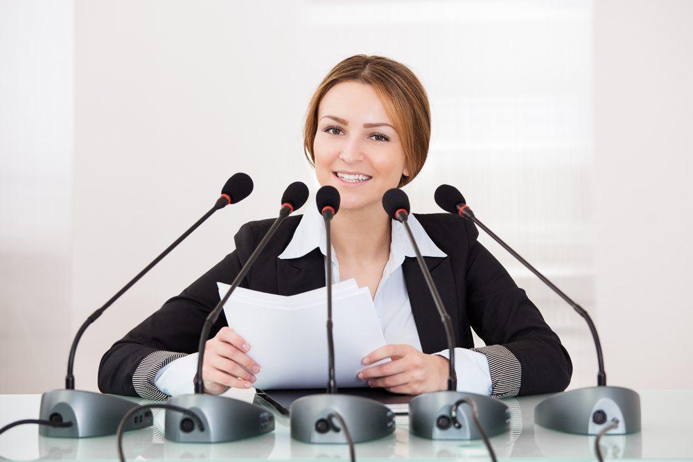 Eine Pressekonferenz dauert mitunter nur wenige Minuten. Allerdings nehmen die Planungen im Vorfeld mitunter relativ viel Zeit in Anspruch. (Bild: Andrey_Popov / Shutterstock.com)