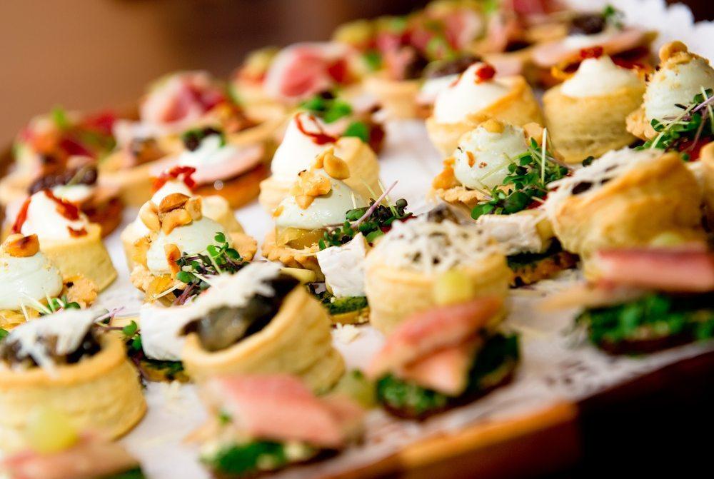 Setzen Sie bei der Entscheidung für einen Catering-Service nicht gleich auf den erstbesten Anbieter. (Bild: Alexander Tihonov / Shutterstock.com)