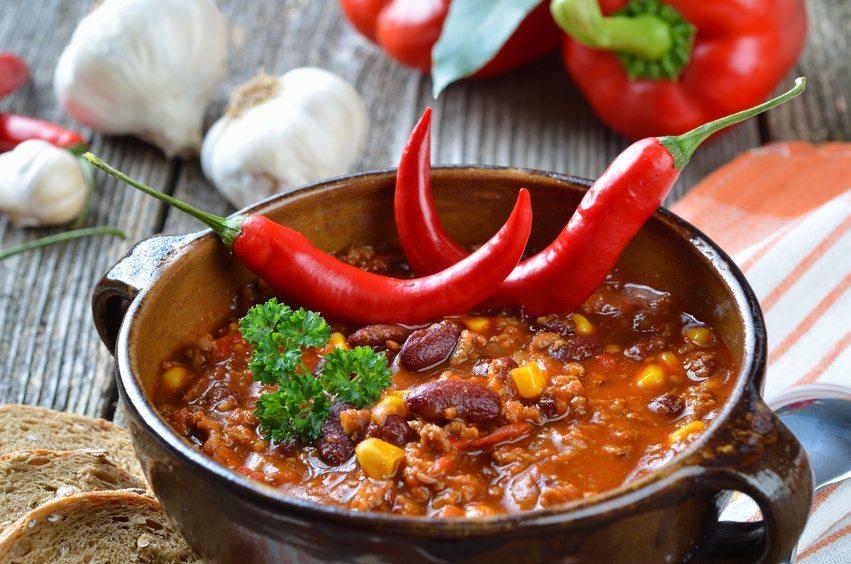 Sehr gesellig, wenn auch für Sie als Gastgeber etwas aufwändiger, sind Eintöpfe wie etwa Gulasch oder Chili con Carne. (Bild: kab-vision / Fotolia.com)