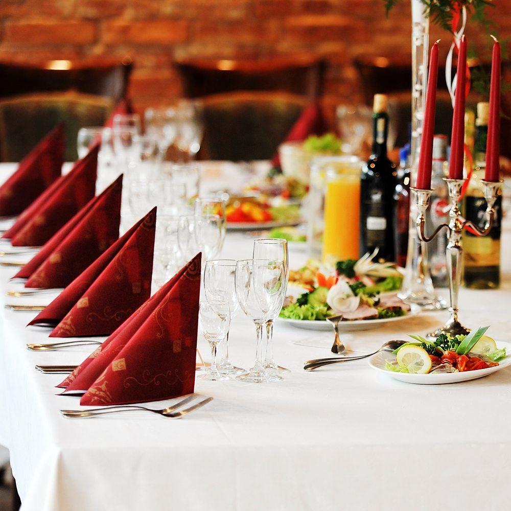 Nicht selten laden Betriebsfeste mit opulenten Speisen und dem einen oder anderen guten Tropfen zum Schlemmen ein. (Bild: Denis Tabler / Shutterstock.com)