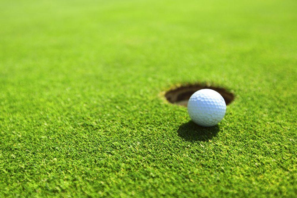 Ziel des Spiels ist es, denn Ball mit möglichst wenigen Schlägen einzulochen. (Bild: Yellowj / Shutterstock.com)