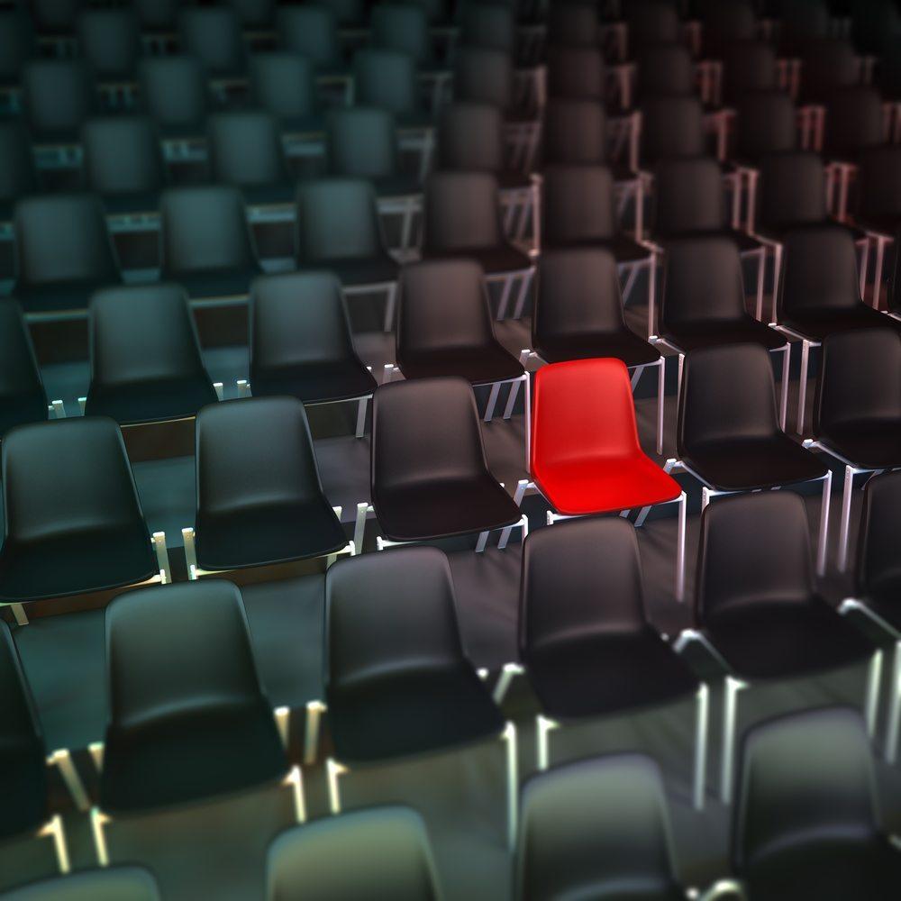 In einem Saal mit einem Fassungsvermögen von 200 Personen informieren Sie genau 200 Personen - was aber für eine weitreichende Bekanntmachung Ihres Unternehmens nicht reicht. (Bild: Franck Boston / Shutterstock.com)