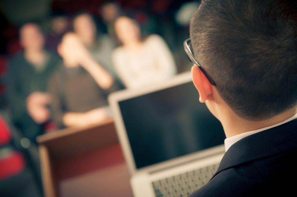 """Einzelvorträge statt Konferenzen sparen Budget und Zeit: der """"TED""""-Talk. (Bild: Riccardo Piccinini / Shutterstock.com)"""