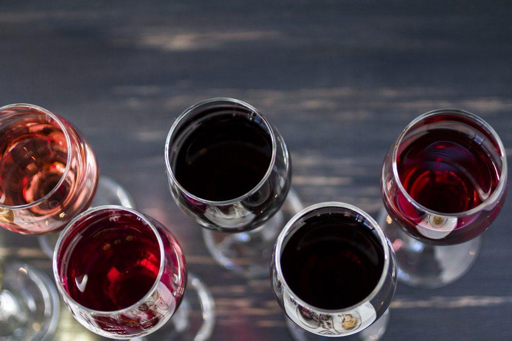 Reihenfolge der Weine beachten. (Bild: Arina P Habich / Shutterstock.com)
