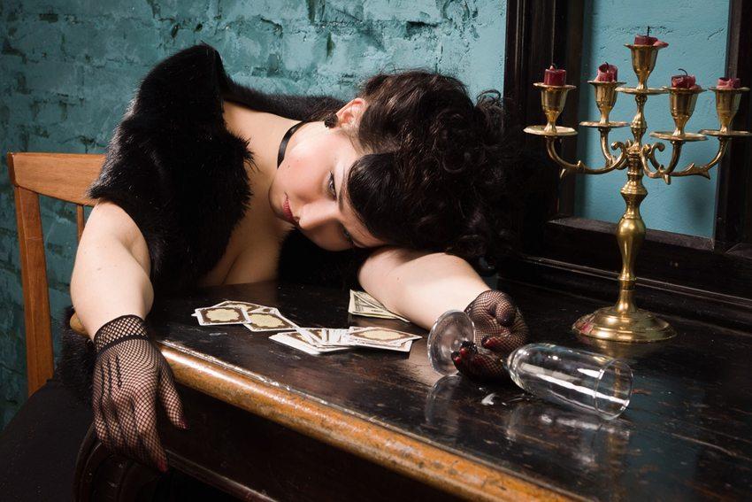 Für einen Krimidinner benötigen Sie etwas Essbares und einen Mordfall (Bild: Dm_Cherry / Shutterstock.com)