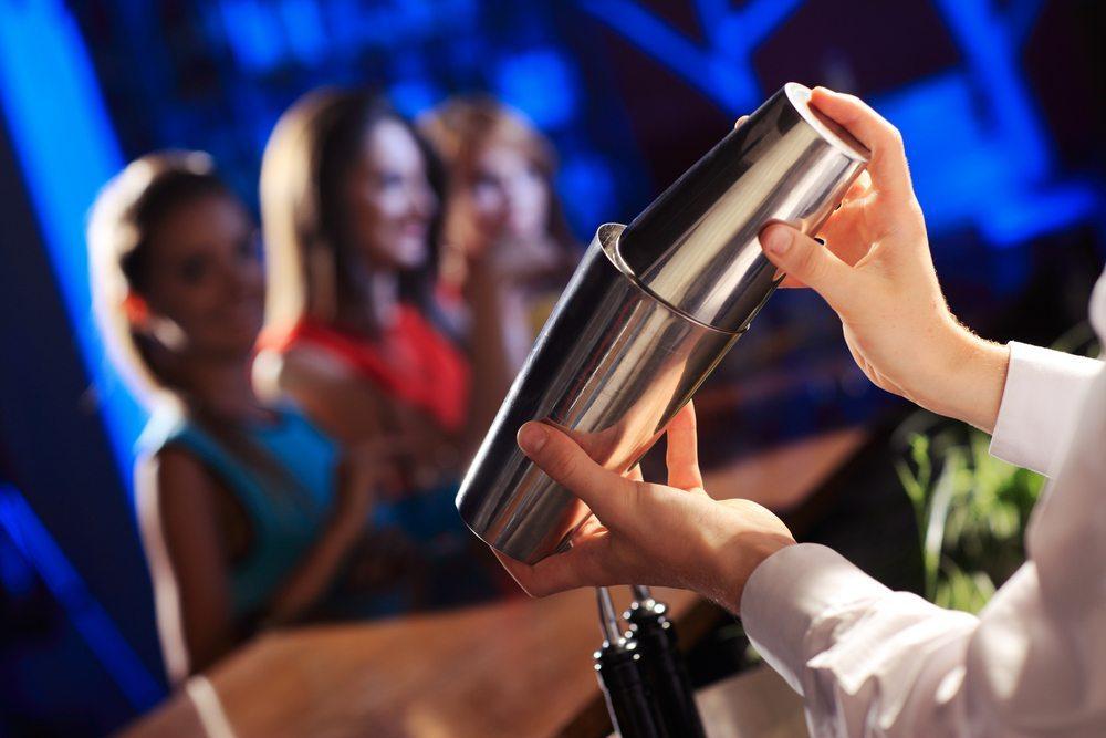 Eine Cocktailbar mit professionellem Barkeeper. (Bild: Stokkete / Shutterstock.com)