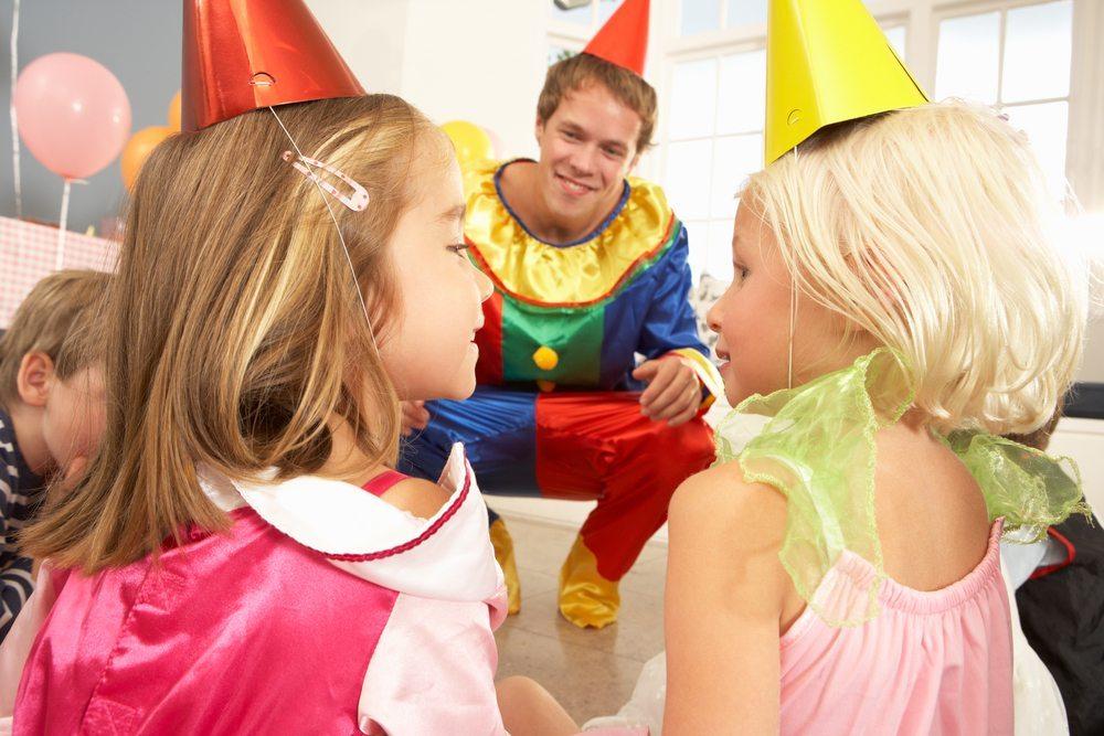 Kostüme und Accessoires für den stilgerechten Auftritt. (Bild: Monkey Business Images / Shutterstock.com)