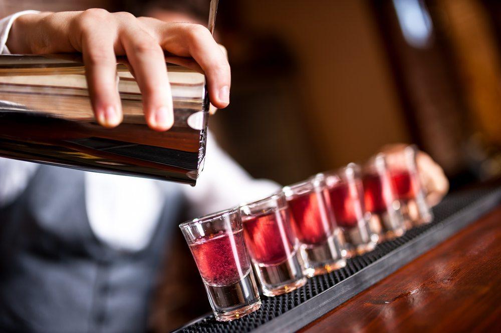 Verteilen Sie die Rezepte für die Cocktails, so kann jeder Gast selbst zum Barmixer werden. (Bild: bogdanhoda / Shutterstock.com)