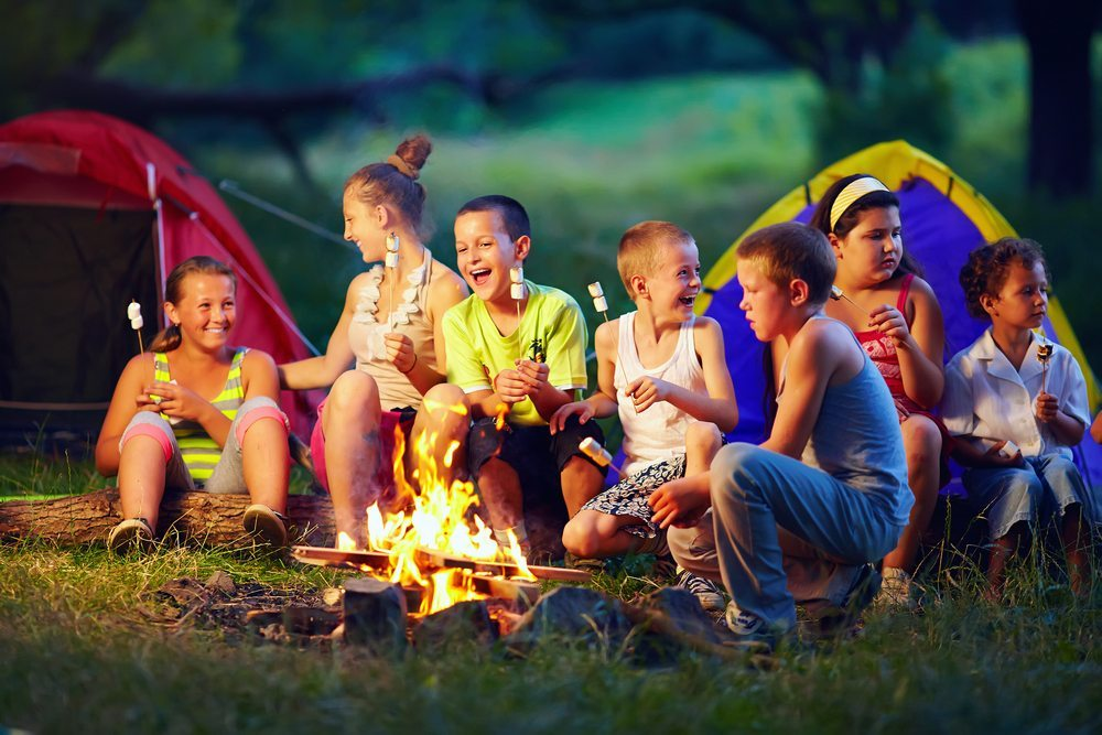 Bei einem Abenteuer-Camp sollten Sie berücksichtigen, dass alle Kinder verschieden sind. (Bild: Olesia Bilkei / Shutterstock.com)