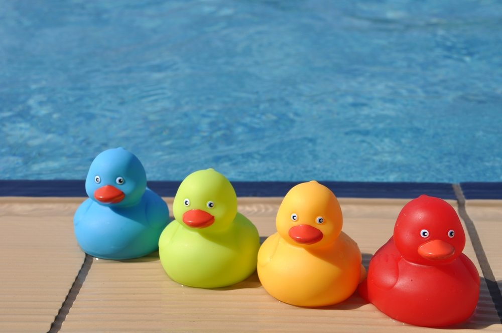 Eine kleine Wanderung am Fluss entlang macht noch mehr Spass, wenn sie mit einem Entenrennen verbunden wird. (Bild: Luis Santos / Shutterstock.com)