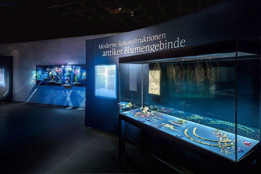 """Die Ausstellung """"Blumenreich"""" im Antikenmuseum Basel – Rekonstruktionen der Blumengebinde. (Bild: © Antikenmuseum Basel)"""