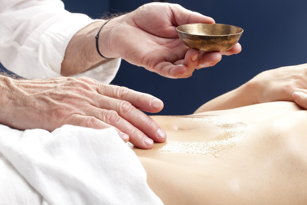 Padabhyanga – Massage mit Butterfett. (Bild: STUDIO GRAND OUEST / Shutterstock.com)