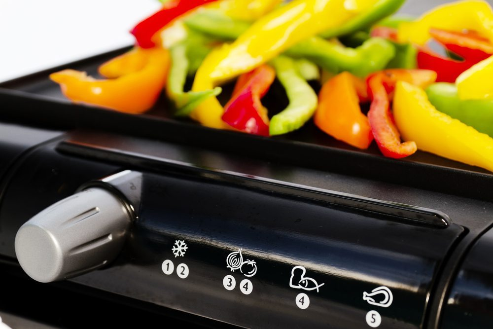 Achten Sie deshalb beim Kauf eines Elektrogrills darauf, ein Gerät mit Temperatureinstellung zu wählen. (Bild: xlt974 / Shutterstock.com)