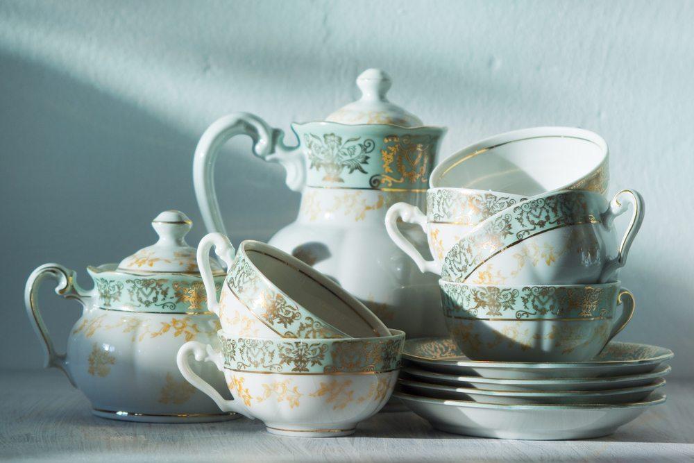 Für viele Menschen ist Omas Geschirr das Beste. (Bild: Kanea / Shuttersotck.com)