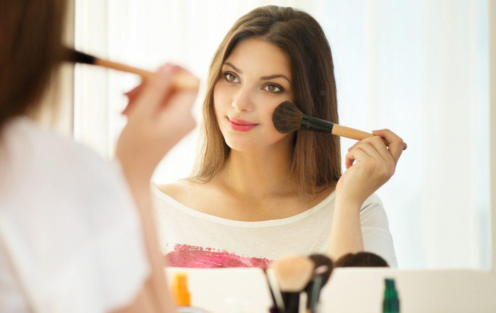 Bei Ihrem Make-up sollten Sie auf strahlende Natürlichkeit setzen. (Bild: Subbotina Anna / Shutterstock.com)