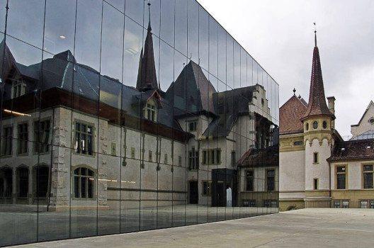 Das bernische Historische Museum im Spiegel des Erweiterungsbaus (Bild: WillYs Fotowerkstatt, Wikimedia, GNU)