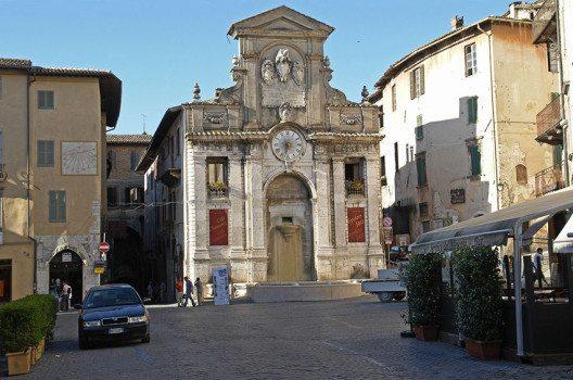 Marktplatz in Spoleto (Bild: Hans Peter Schaefer, Wikimedia, GNU)