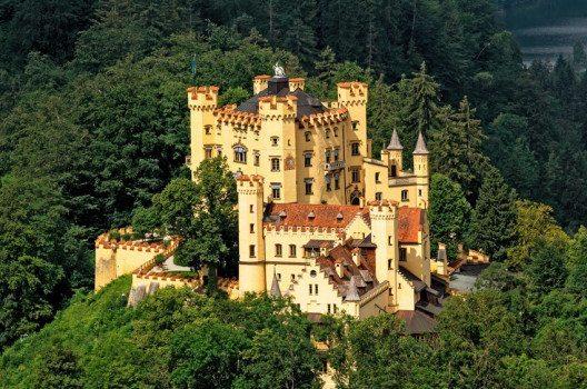 Direkt gegenüber vom Schloss Neuschwanstein liegt das Schloss Hohenschwangau. (Bild: Oleg Lopatkin / Shutterstock.com)