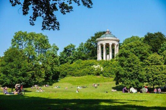 Der Englische Garten in München ist die zentral gelegene Oase der Stadt und lädt zum entspannen oder auch lernen ein.