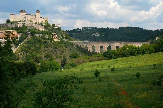 "Die Feste ""La Rocca"" und Ponte delle Torri in Spoleto (Bild: Zyance, Wikimedia, CC)"