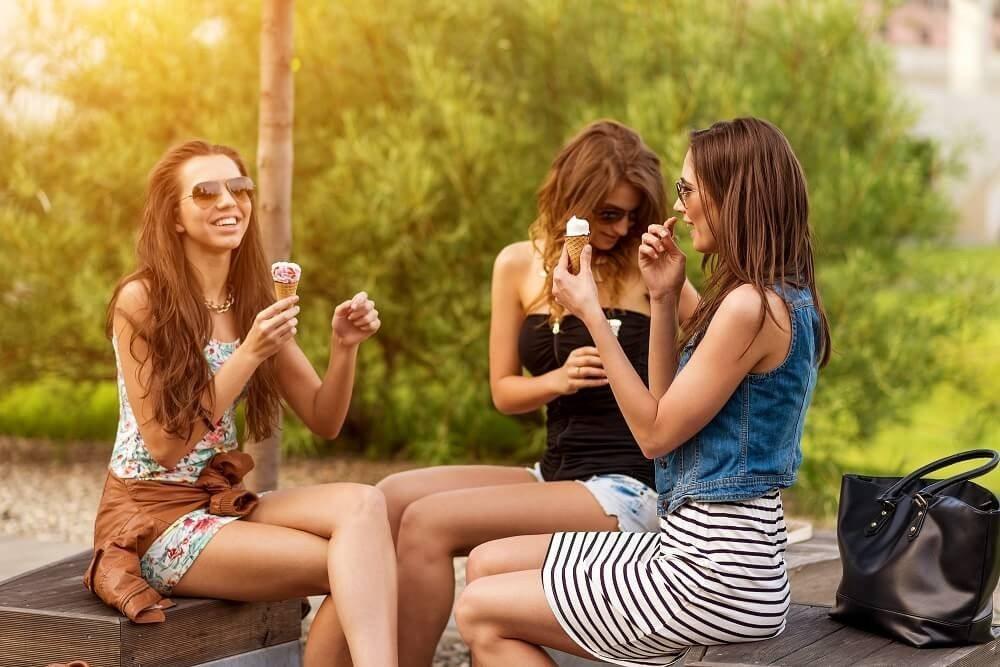 Mittagspause auf einer Parkbank. (Bild: © Zsolnai Gergely - fotolia.com)