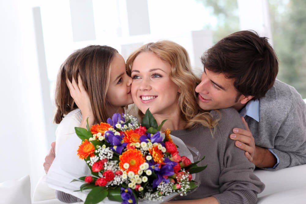 Auch wenn der Muttertag oftmals als sehr kommerziell kritisiert wird, ist es schön, der Mutter eine Freude zu machen. (Bild: © Goodluz - shutterstock.com)