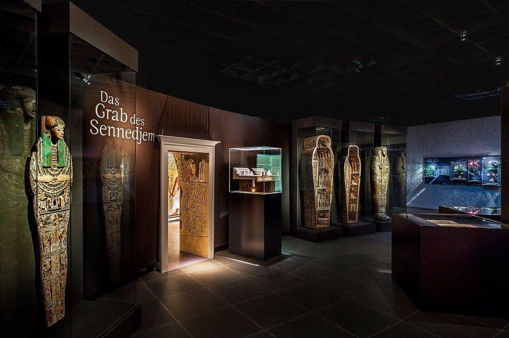 Das in der Ausstellung präsentierte Modell zeigte eine Rekonstruktion der oberirdischen relativ grossen Grabanlage des Sennedjem. (Bild: © Ruedi Habegger - Antikenmuseum Basel)