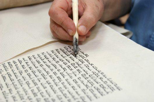 Die hebräische Kalligrafie (Bild: Stavchansky Yakov – shutterstock.com)