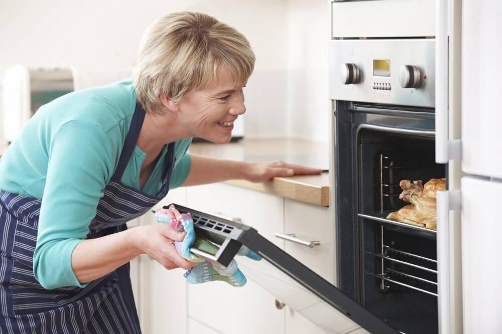Das Ritual des Kochens mit allen seinen Vorbereitungen gibt dem Körper das Signal, das vegetative Nervensystem zu aktivieren. (Bild: © highwaystarz - fotolia.com)