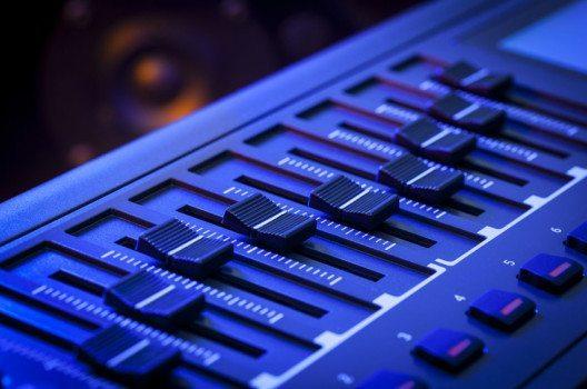 Die Einführung des MIDI-Standards ist ein wichtiger Meilenstein in der Geschichte der elektronischen Musik. (Bild: antb – shutterstock.com)