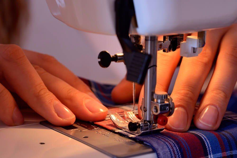 Handarbeiten wie Nähen, Stricken und Häkeln erleben aktuell ein richtiges Revival. (Bild: © OlgaNik - shutterstock.com)