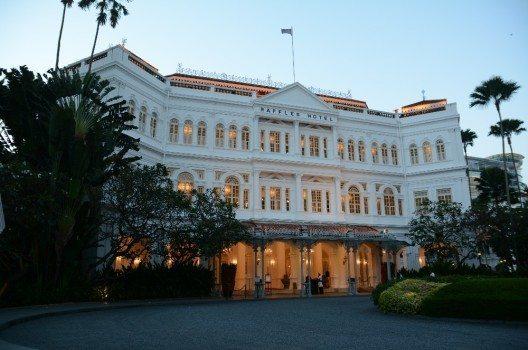 Raffles Hotel wurde 1887 im typischen Kolonialstil in der damals britischen Stadt Singapur errichtet. (Bild: © C1815. - wiki.org)