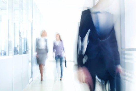 Heute gilt: den Vortritt hat der ranghöchste oder der älteste Anwesende, unabhängig vom Geschlecht. (Bild: © YanLev - shutterstock.com)
