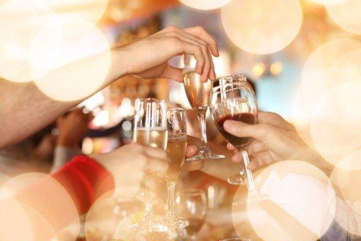Wenn Sie nichtalkoholische Getränke vorziehen, dürfen Sie heute jederzeit mit anstossen. (Bild: © Konstantin Sutyagin - shutterstock.com)
