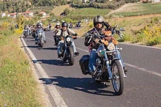 Grosse Bikergruppen auf den Strassen zu treffen ist immer ein Spektakel. (Bild: © ermess - shutterstock.com)