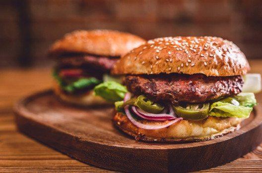 Der Klassiker, der nicht fehlen darf – der Burger. (Bild: DwaFotografy – shutterstock.com)