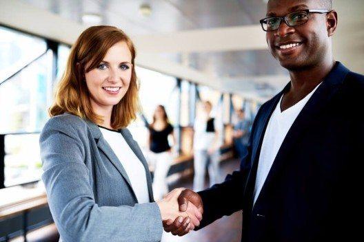 Aufstehen, Augenkontakt suchen und dann begrüssen, per Handschlag. (Bild: © Uber Images - shutterstock.com)