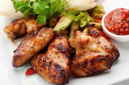 Chicken Wings sind ideales Fingerfood für Ihr amerikanisches Buffet. (Bild: svry – shutterstock.com)