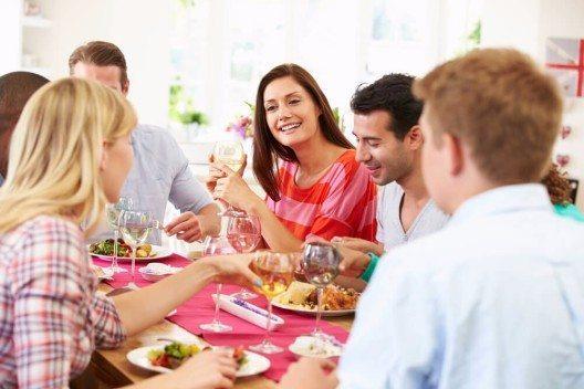 Bei offiziellen Anlässen ist es heute nicht mehr erwünscht und üblich, sich gegenseitig einen guten Appetit zu wünschen. (Bild: © Monkey Business Images - shutterstock.com)