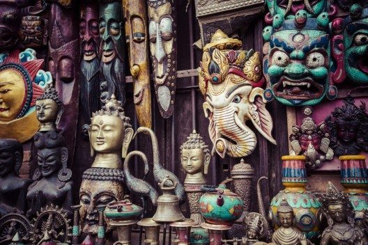 """Noch heute gibt es die """"Freak Street"""", die an die mitunter befremdlichen Gäste erinnert. (Bild: © Curioso - shutterstock.com)"""