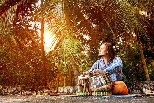 Peacezeichen, Live-Musik und ein weltoffenes Flair sind Überbleibsel aus Hippietagen (Bild: © Pikoso.kz - shutterstock.com)