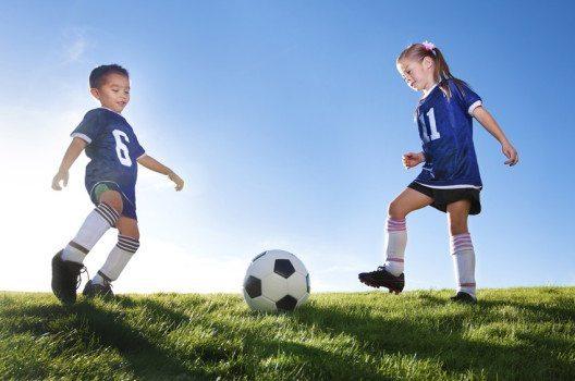 Fussball ist eine der beliebtesten Teamsportarten. (Bild: Brocreative – shutterstock.com)