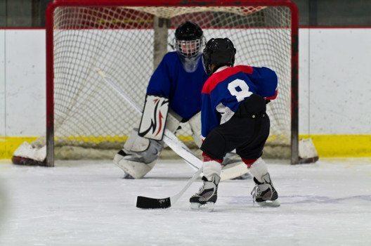 Hockey – Kinder können bereits mit vier Jahren trainieren. (Bild: Click Images – fotolia.com)