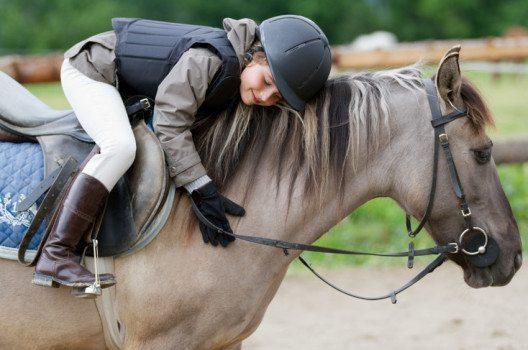Besonders Mädchen träumen vom Reiten auf dem eigenen Pferd. (Bild: Gorilla – fotolia.com)