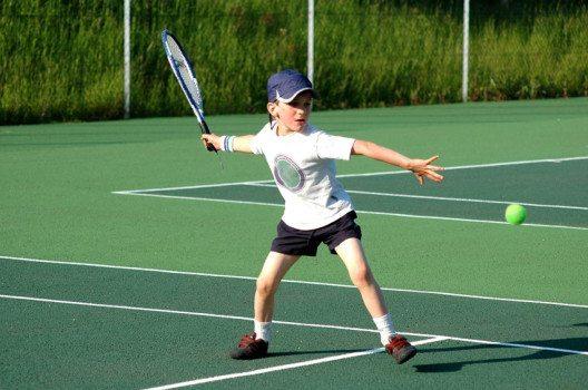 Das Tennis-Training führt die kleinen Profis in kleinen Schritten zum richtigen Spiel. (Bild: JJ pixs – shutterstock.com)